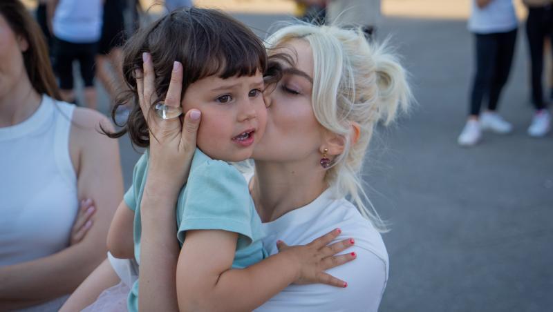 lidia buble pupand-o pe nepoata ei inainte de a pleca in asia
