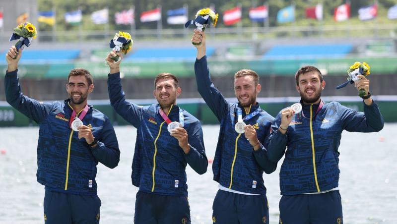 cei 4 baieti castigatori la canotaj pe podium