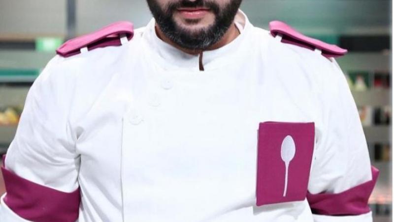 Vincenzo Aiello în tunică albă și mov