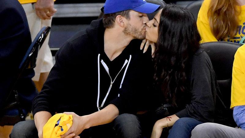 Mila Kunis și Ashton Kutcher sărutându-se