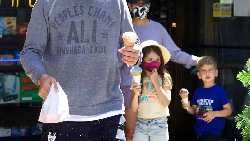 Mila Kunis, Ashton Kutcher și cei doi copii ai lor, îmbrăcați casual, pe stradă, ,cu măști