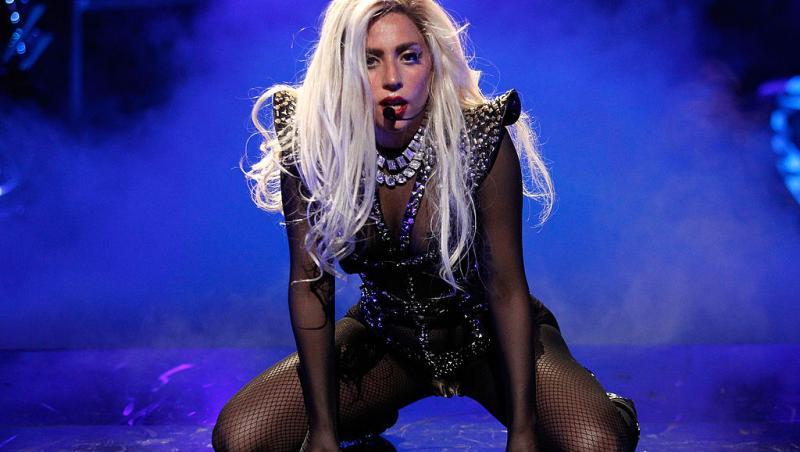 Lady Gaga, într-un compleu negru pe scenă, cântă