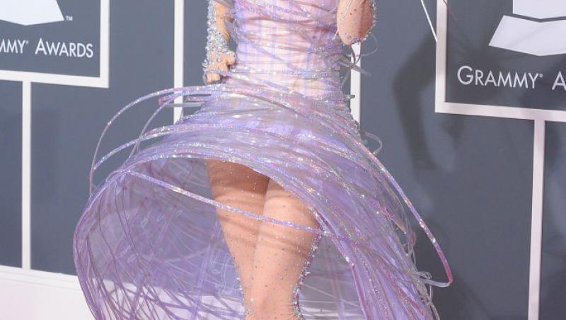 Lady Gaga, într-o rochie lila și extravagantă, cu perucă galbenă