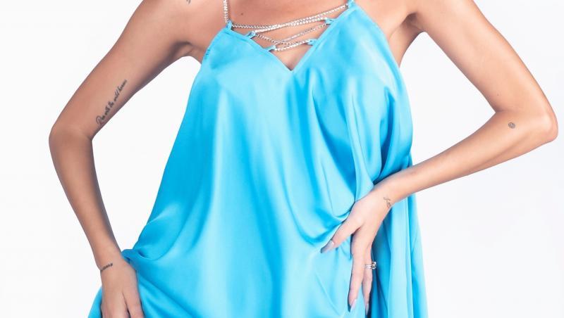 Ramona Olaru într-o rochie scurtă și albastră