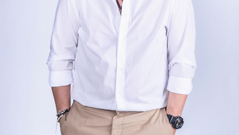 Răzvan Fodor în cămașă albă