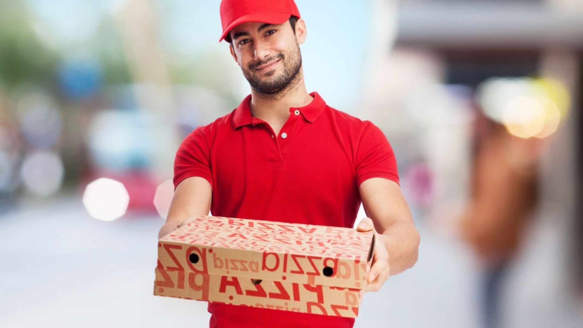 Angajatul unei pizzerii, surprins când se răzbună pe mâncarea unui client, după ce află că nu primește bacșiș. VIDEO