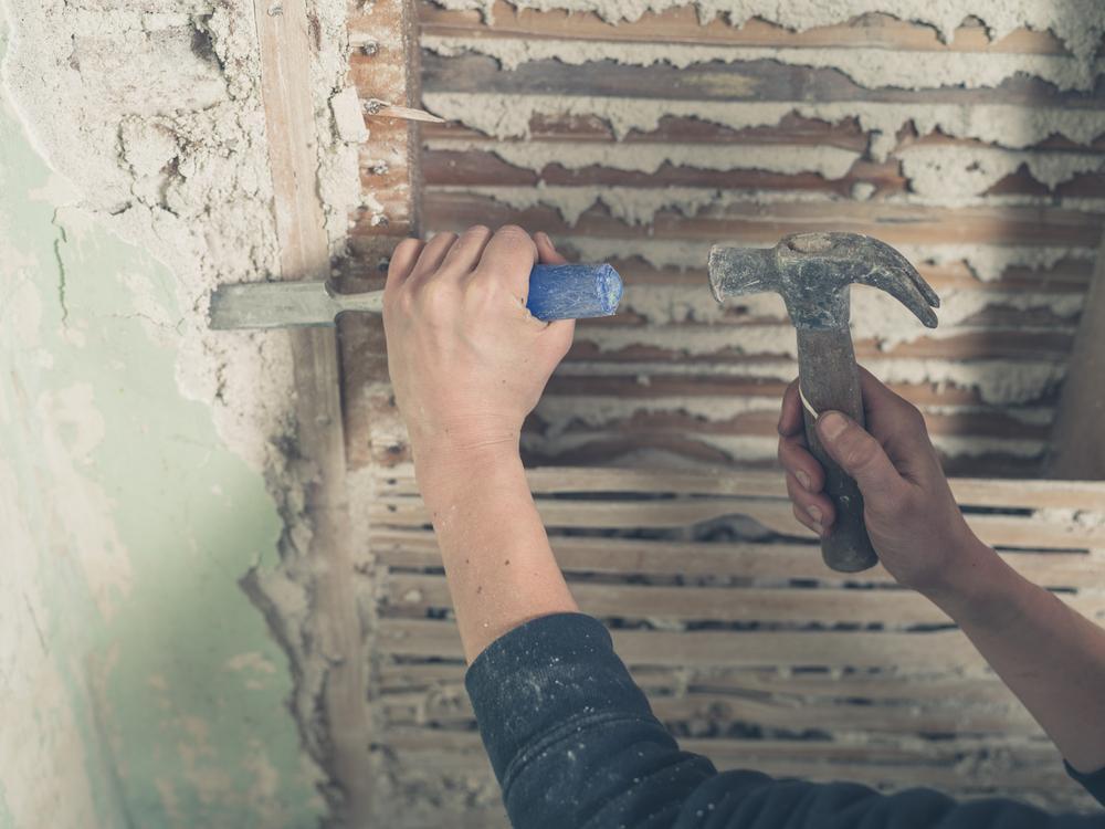 O femeie a vrut să-și renoveze noua casă, dar a dat peste o cameră secretă! Ce lucru straniu a găsit înăuntru