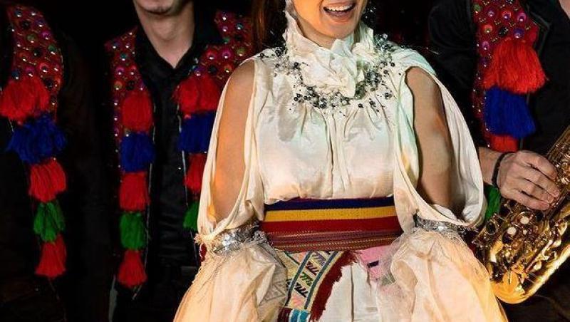 Vlăduța Lupău în costum tradițional românesc, zâmbește