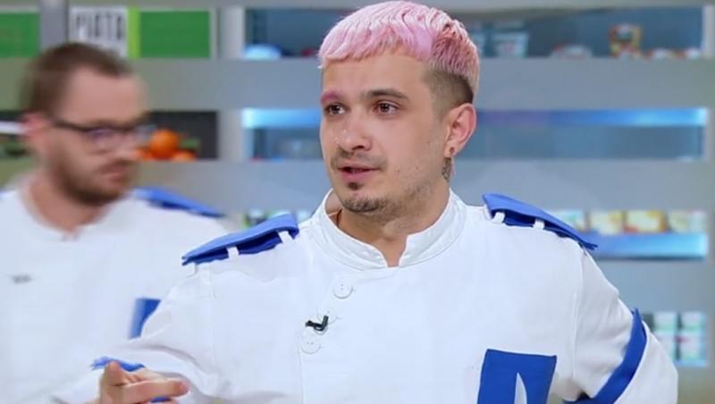 keed, in tunica albastra de concurent la chefi la cutite si cu parul roz