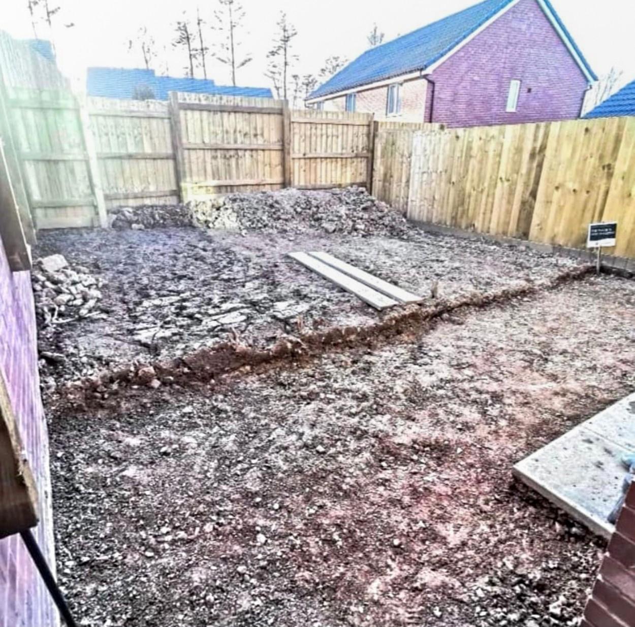 Doi tineri au ridicat un gard înalt în jurul casei și s-au apucat de treabă. Ce au descoperit vecinii în grădina acestora