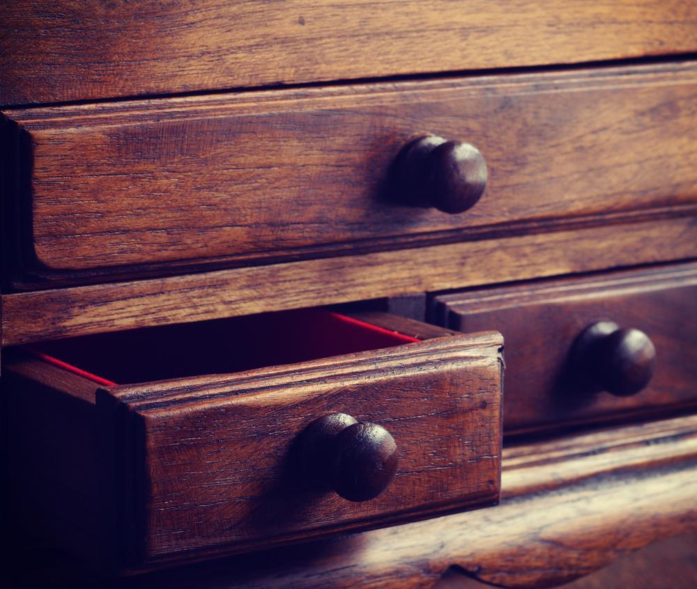 O femeie a cumpărat un dulap vechi second hand și a trăit o surpriză uriașă! Peste ce a dat când a deschis sertarul