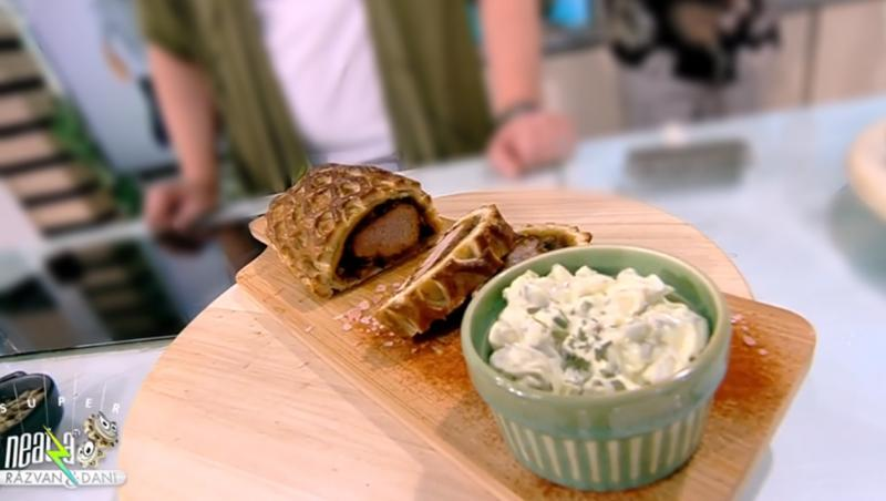 Ruladă din mușchiuleț de porc în stil Wellington cu sos de maioneză și cremă de brânză