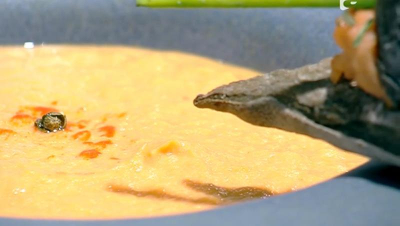 Supa cremă de somon servită cu baghete de pâine cu cărbune activ
