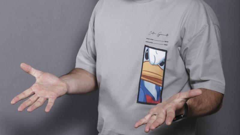 cătălin rizra in tricou gri, poza de studio