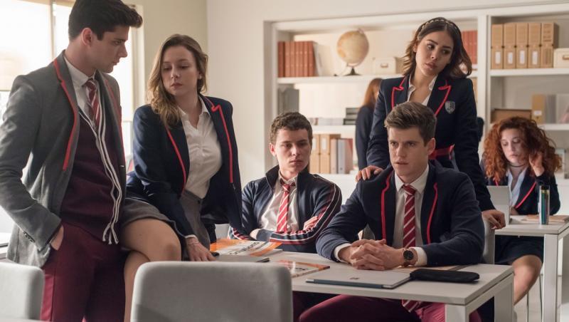 captura din serialul elite, unde apare miguel bernardeau si colegii sai imbracati in uniforma scolii