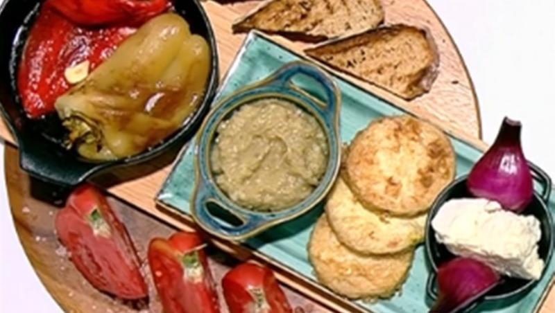 Salată de vinete cu dovlecei pane și salată de ardei copți, servite cu roșii și brânză