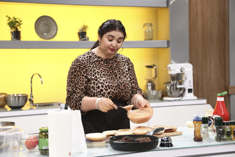 Narcisa Birjaru la Chefi la cuțite într-o bluză animal print, bate ouăle