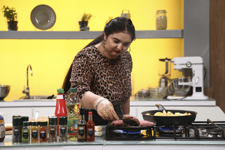 Narcisa Birjaru la Chefi la cuțite într-o bluză animal print, gătește