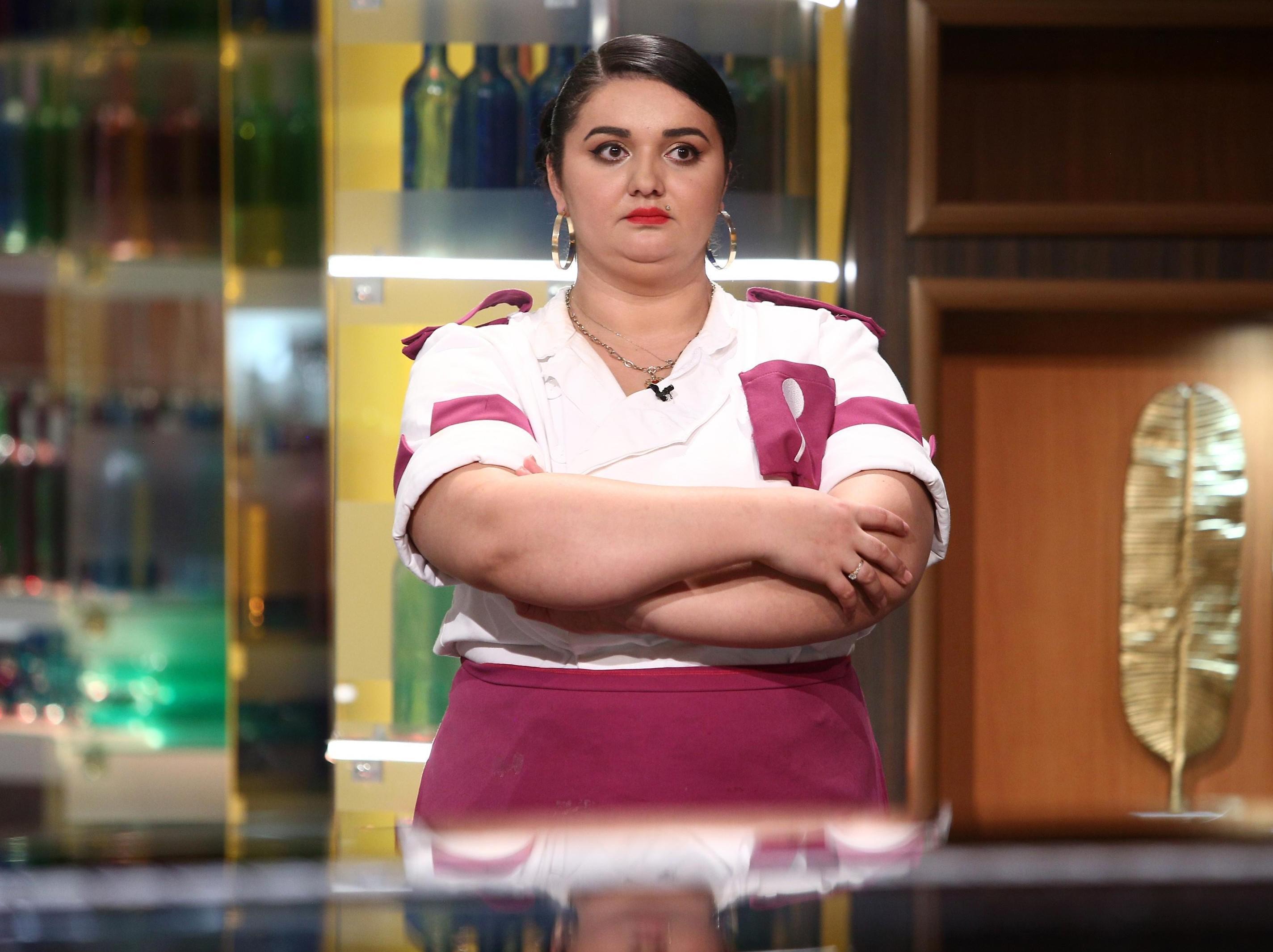 Narcisa Birjaru în tunică albă și mov în platoul Chefi la cuțite