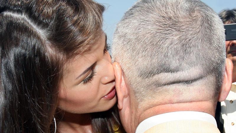 Monica Gabor îi spune ceva la ureche lui Irinel Columbeanu