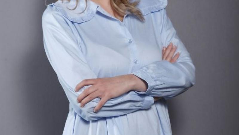 Ilona Brezoianu, îmbrăcată într-o rochie bleu, zâmbitoare