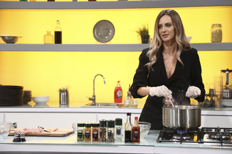 Antonia Ștefănescu, îmbrăcată în negru, în bucătăria de la Chefi la cuțite