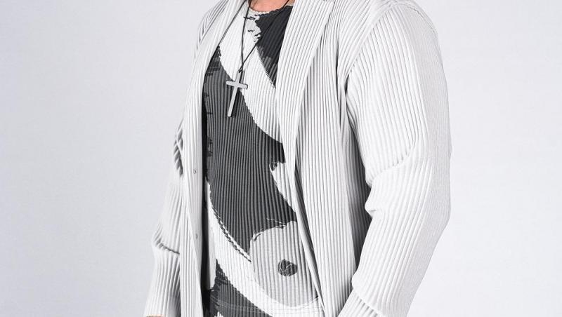 dorian popa cu o jacheta si pantaloni in dungi