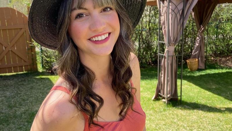 Lauren Midgley, purtand rochie rosie si palarie