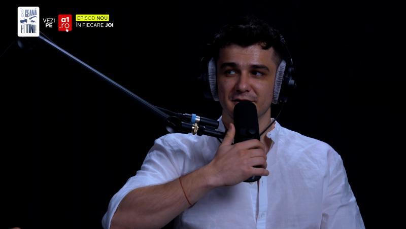 Vlad Drăgulin într-o cămașă albă