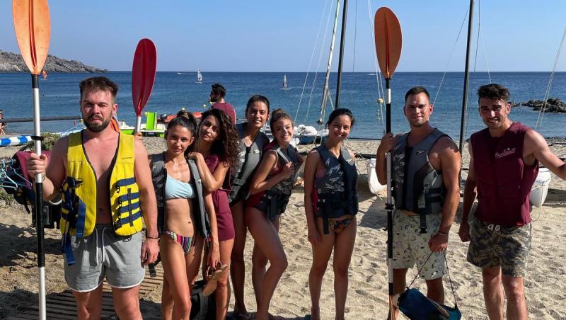Oana Moșneagu și prietenii săi pe plajă