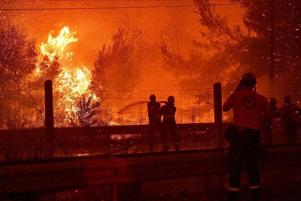 Incendiile din Grecia, care au devastat peste 100.000 de hectare, controlate în urma unor precipitaţii şi scăderi a temperaturii