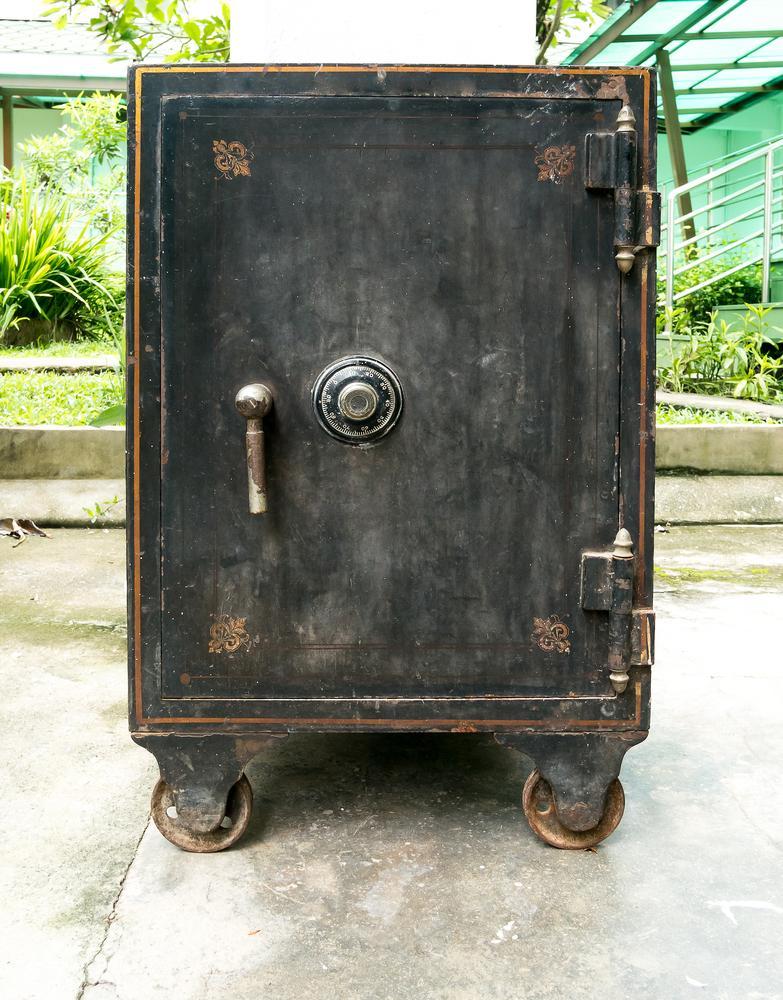Doi soți au găsit o cutie ruginită în curtea casei. Peste ce comoară au dat când au deschis-o și ce poveste uluitoare au aflat