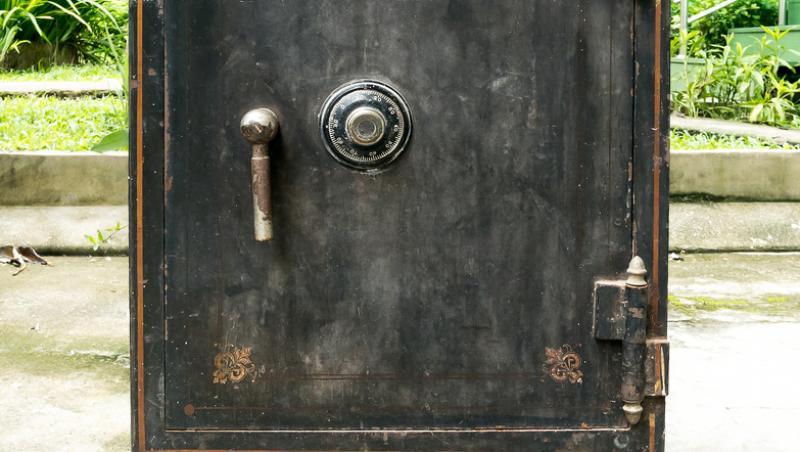 imagine cu o cutie veche folosita ca seif