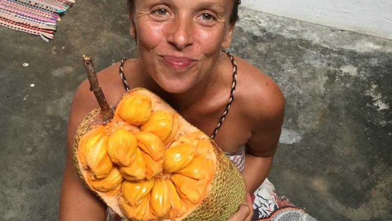 Tina Stoklosa tinand un fruct galben in maini