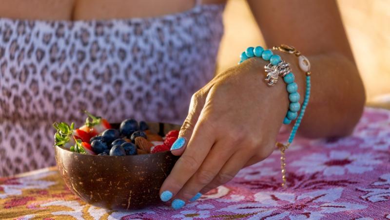 imagine cu un bol de fructe verzi, in palmele unei femei
