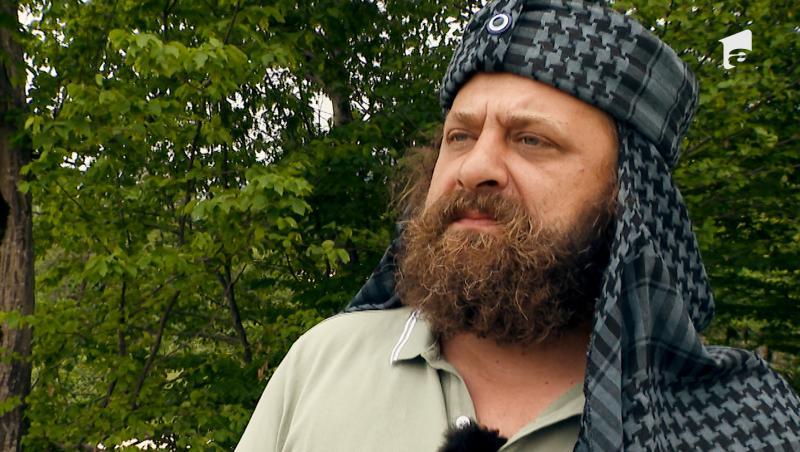 Marius Damian în tricou kaki, cu turban pe cap