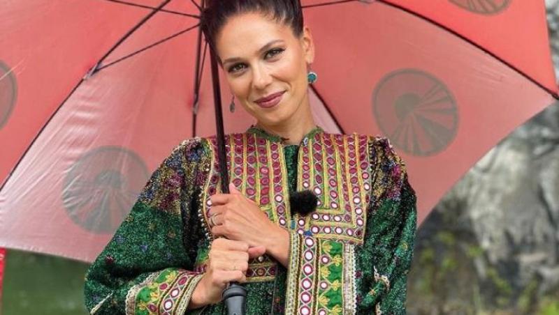 Irina Fodor într-un costum tradițional din Turcia și ține în mână o umbrelă