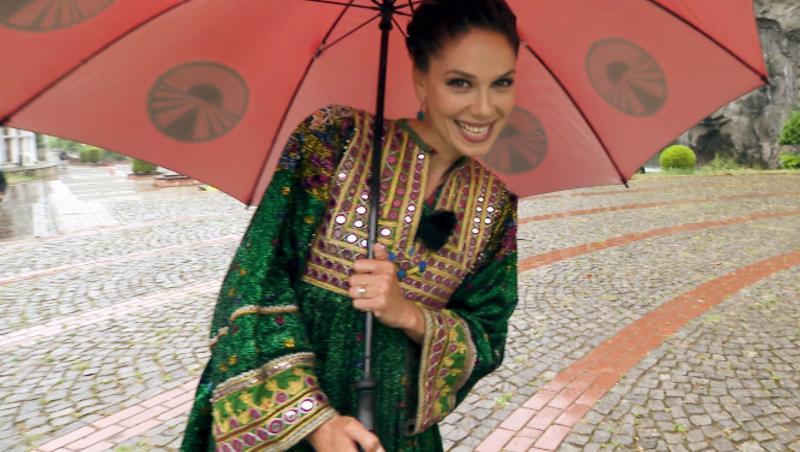 Irina Fodor într-un costum tradițional din Turcia, zâmbește