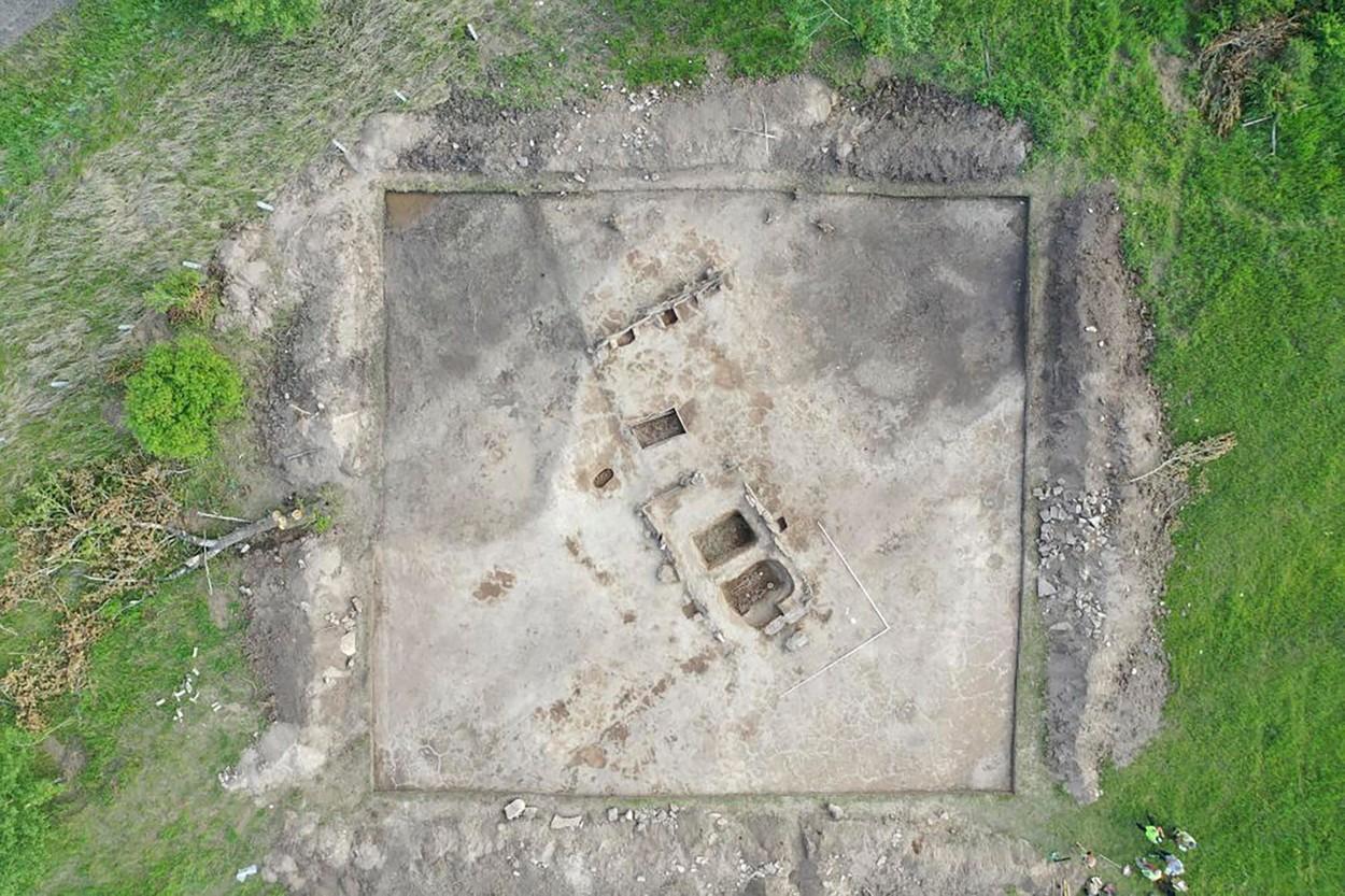 Au săpat în pământ ca să construiască o cale ferată, însă au dat peste o cutie de piatră pe care au deschis-o. Ce au descoperit