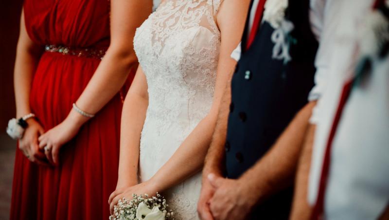 imagine cu o mireasa, un mire si domnisoara de onoare, la nunta