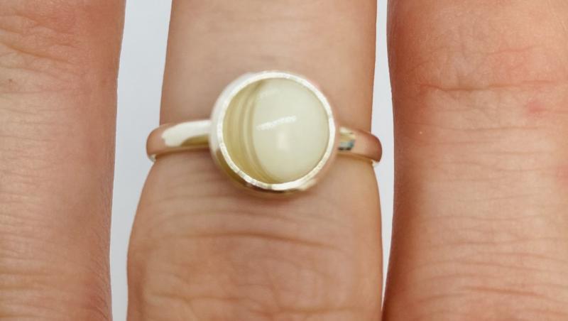 inel alb pe degetul mijloc de la mână, inel de lapte matern cu rășină