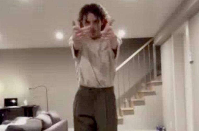 Un tânăr se filma în timp ce dansează atunci când un detaliu straniu a apărut pe fundal și i-a speriat pe mulți. Ce a apărut