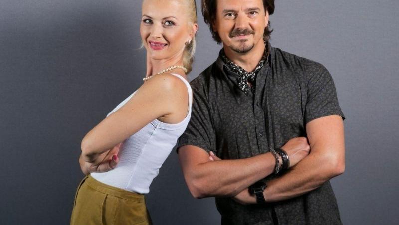 Elwira Petre într-un maiou alb și Mihai Petre, într-o cămașă neagră, la Asia Express