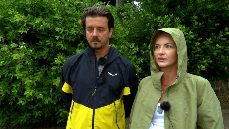 Mihai Petre și Elwira Petre, cu pelerine de ploaie, la Asia Express