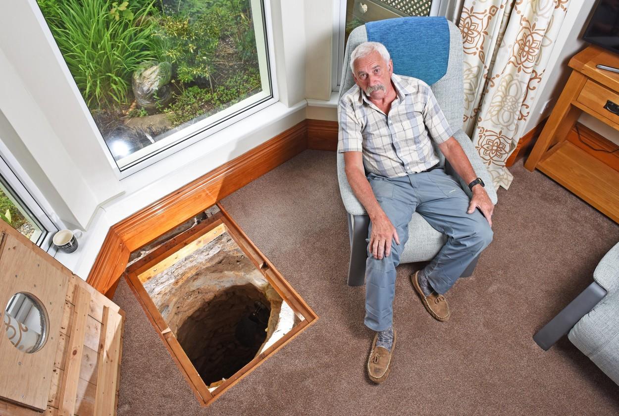 """Un bărbat a descoperit un tunel secret în podeaua sufrageriei. Peste ce """"comoară"""" a dat Colin Steer"""