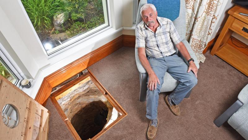 Colin Steer stand in sufragerie, langa tunelul secret descoperit de el