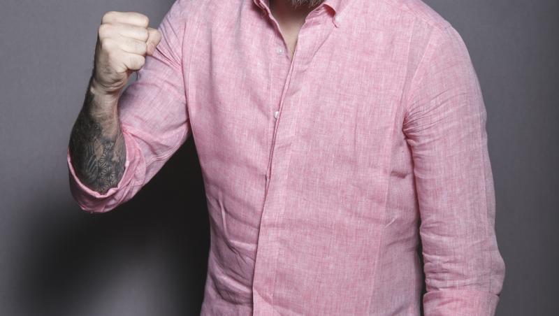 florin ristei, in blugi si camasa roz