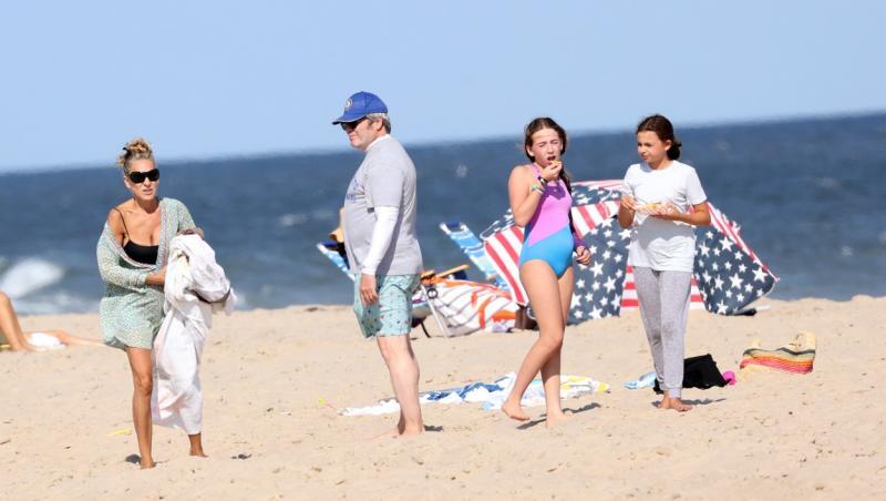 sarah jessica parker cu sotul ei la plaja, imbracati in costume de baie, pe plaja, cu cele doua fetite ale lor