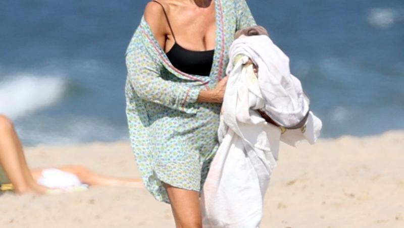 sarah jessica parker la plaja, in costum de baie negru, pe nisip