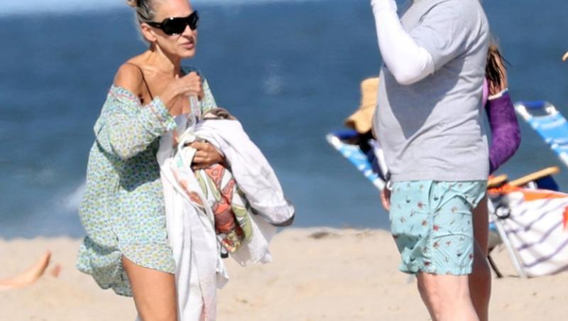 sarah jessica parker cu sotul ei la plaja, imbracati in costume de baie, pe plaja